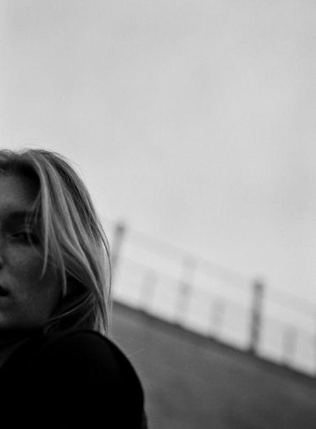 IMMO FUCHS C/O TOBIAS BOSCH FOTOMANAGEMENT FOTOGRAFIERT ANALOGE FASHIONSTRECKE 'CARO'