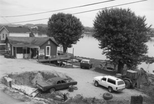 Andrew Borowiec : Along the Ohio - Chesapeake, Ohio, 1997