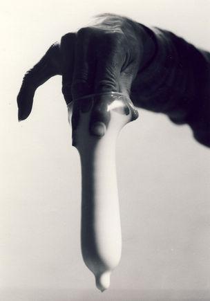 FOTOMUSEUM WINTERTHUR : DARKSIDE – Fotografische Begierde und fotografierte Sexualität - Annette Frick : Präser mit Milch ,1992, Silbergelatine-Abzug, 81 x 58 cm ; Courtesy der Künstlerin