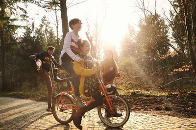 MIRIAM LINDTHALER C/O TOBIAS BOSCH FOTOMANAGEMENT FOTOGRAFIERT DIE REVIEW KIDS KOLLEKTION FÜR PEEK & CLOPPENBURG