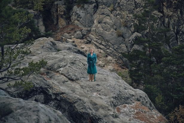 COSMOPOLA – FRANK GROLL - Julia on the rocks