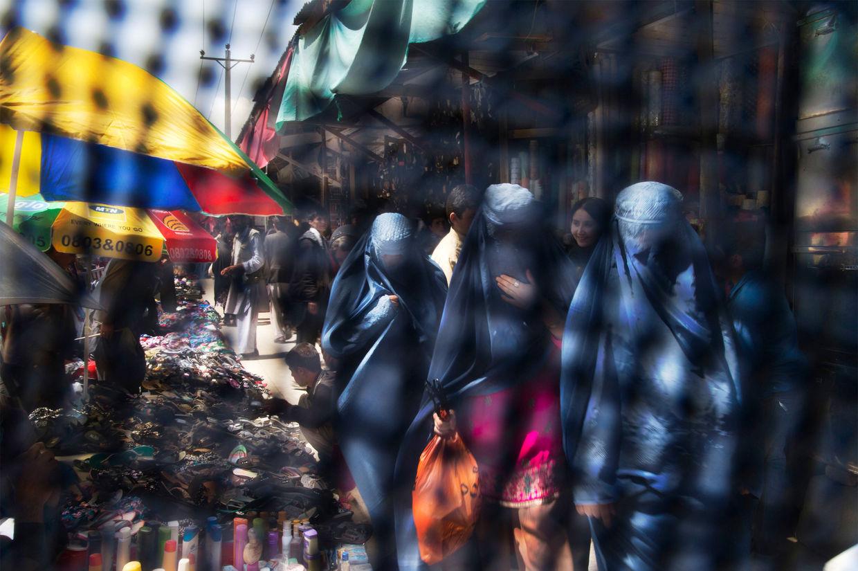 GOSEE ART: Afghanische Frauen, fotografiert durch den Augenschlitz einer Burka, Kabul, Afghanistan, 11. April 2013  © Anja Niedringhaus/AP