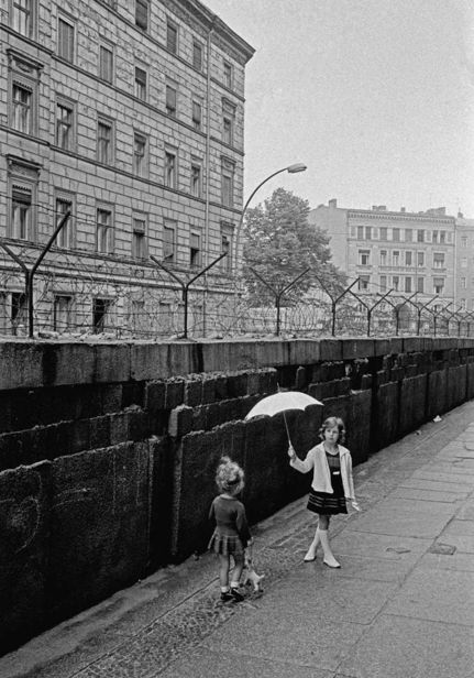 Children playing at the Western side of the Berlin wall, WestBerlin, Germany, 1963, copyright Thomas Hoepker and Magnum Photos