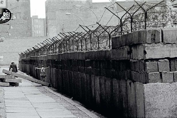 Children playing at the Berlin Wall, in Berlin Wedding, Berlin, Germany 1963, copyright Thomas Hoepker and Magnum Photos