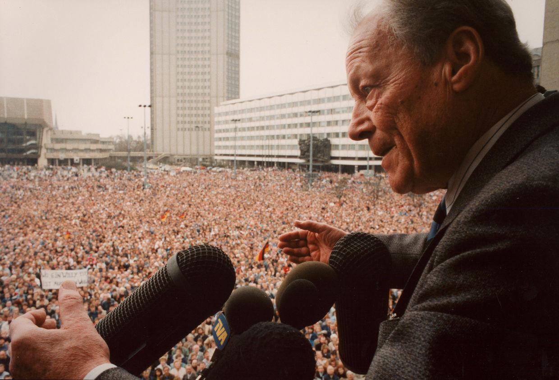 GOSEE ART: Willy Brandt, SPD-Kundgebung in Leipzig, 25. Februar 1990 © Anja Niedringhaus/EPA