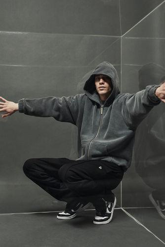 STUDIO IGNATOV realisieren erneut mit Fashion Youtuber Justin Fuchs die Online und OOH Kampagne 'RAWS II' für die nächste Basic Kollektion der Streetwear Brand Peso