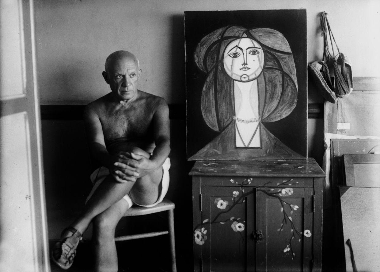 FRANÇOISE GILOT AND PABLO PICASSO THROUGH MICHEL SIMA'S LENS: Pablo Picasso next to Françoise au collier, Château Grimaldi, September 1946.