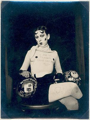 DIE ANDERE SEITE DES MONDES : Claude Cahun, Autoportrait, 1927, Fotografie, Silbergelatineabzug, 10,4 x 7,6 cm, Musée d'Art Moderne de la Ville de Paris, © Jersey Heritage Trust