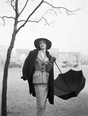 Gallery Vassie : Norman Parkinson, Hyde Park Corner, Wenda Parkinson in a Hardy Amies Suit near Rotten Row, Vogue, 1951