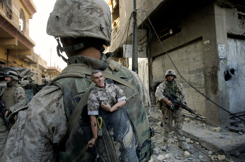 "GOSEE ART: US-Marine mit Maskottchen ""GI Joe"", Falludscha, Irak, November 2004 © Anja Niedringhaus/AP"
