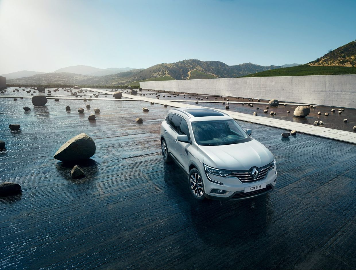 The new RENAULT KOLEOS, staged by Markus WENDLER iin highly modern ...