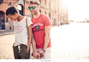 BIGOUDI: Isabel Peters und Julia Neubauer für Shirts for Life