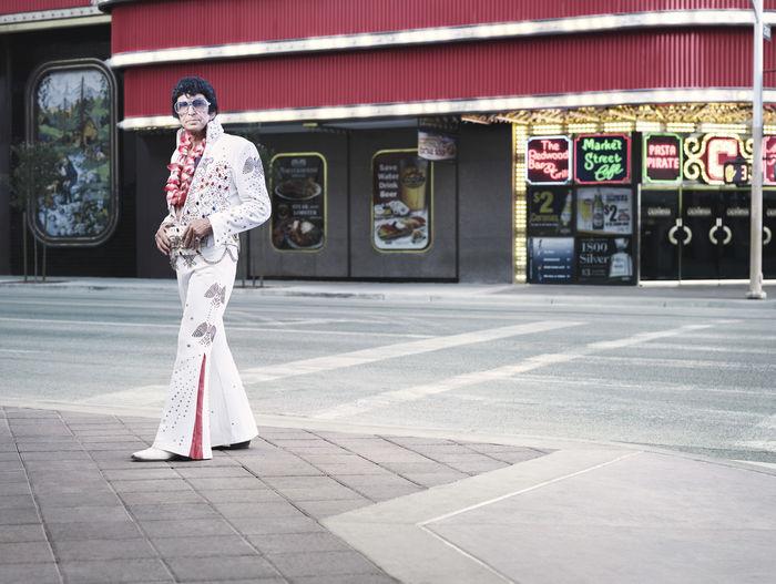 An Elvis impersonator in Las Vegas by photographer Lodewijk Duijvesteijn