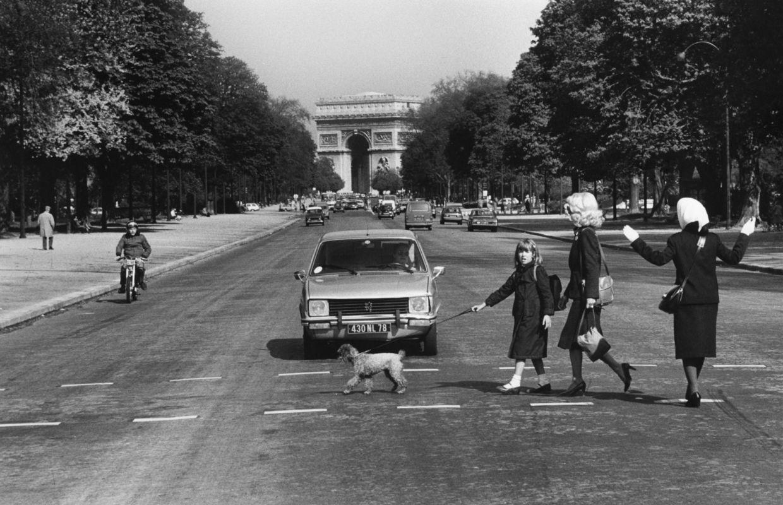 ROGER MELIS, AVENUE FOCH, A.D.S. PARIS ZU FUSS © NACHLASS ROGER MELIS / MATHIAS BERTRAM, COURTESY: ARGUS FOTOKUNST   EMOP Berlin 2020