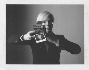 Oliviero Toscani, Andy Warhol with camera, 1974 (WestLicht, Wien)