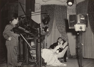 GLAMOUR OF THE GODS : Clarence Sinclair Bull photographing Clarke Gable and Viviien Leigh for Gone with the Wind 1939 by Fred Parrish (National Portrait Gallery)