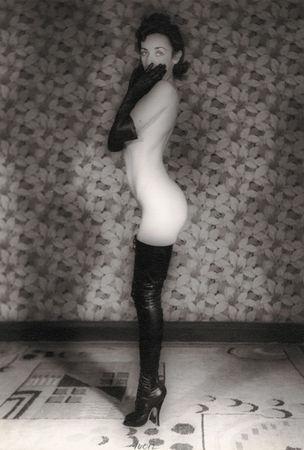 FOTOMUSEUM WINTERTHUR : DARKSIDE – Fotografische Begierde und fotografierte Sexualität - John A.S. Coutts : Standing Female in Fetish Boots, 1936 (Stehende Frau in Fetischstiefeln) Silbergelatine-Abzug, 22,8 x 16,7 cm