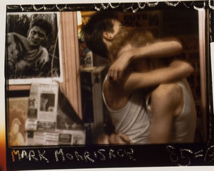 FOTOMUSEUM WINTERTHUR : DARKSIDE – Fotografische Begierde und fotografierte Sexualität - Mark Morrisroe : Untitled (Embrace), 1985 (Ohne Titel [Uarmung]), C-Print, 40.5 x 50.6 cm ; Fotomuseum Winterthur