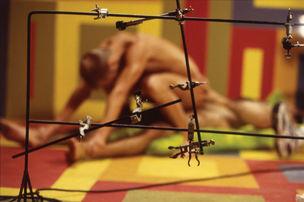 FOTOMUSEUM WINTERTHUR : DARKSIDE – Fotografische Begierde und fotografierte Sexualität - Jeff Burton : Untitled #176 (Rods and Clamps), 2003 , (Ohne Titel #176 [Stangen und Klemmen]), Cibachrom, 67,3 x 101,6 cm ; Courtesy Casey Kaplan, New York City