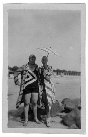 DIE ANDERE SEITE DES MONDES : Sonia Delaunay und Sophie Taeuber-Arp wahrend der gemeinsamen Sommerferien in Carnac, posierend in der von Sonia Delaunay entworfenen Strandmode, August 1929