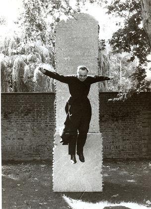 SMKP - Faszinierende Dokumente : Benjamin Katz, Pater Mennekes im Hof der Kunststation St. Peter, Köln, 1988