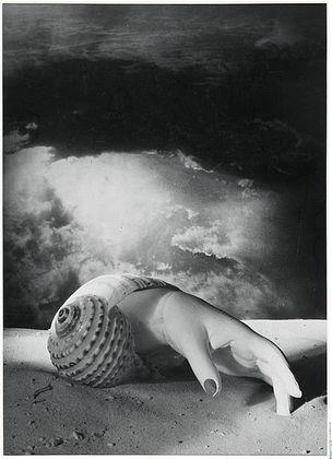 DIE ANDERE SEITE DES MONDES : Dora Maar, Sans Titre (Main-coquillage), 1934, Silbergelatineabzug, Fotomontage, 37,5 x 27 cm (Foto), Centre Pompidou, Mnam/Cci, Paris, erworben 1991, © VG Bild-Kunst, Bonn 2011
