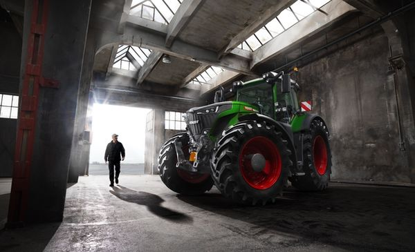 """WE! shoot it """"Think BIG!"""". Michael Compensis & Thomas von Salomon photograph the FENDT 900 Vario campaign and stage the Infiniti QX80 in Los Angeles"""