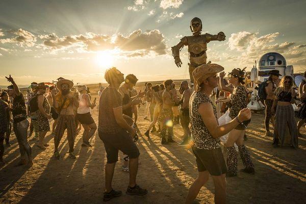 PORTFOLIO TOBIAS BOSCH FOTOMANAGEMENT: FANTASTIC AFRICABURN FESTIVAL PHOTOGRAPHED BY MALTE JÄGER