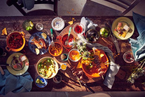 drei gedeckte Tische von Stefan Thurmann